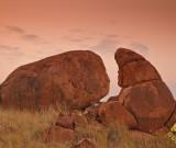 featured image Devil's Marbles – die Eier der Regenbogenschlange