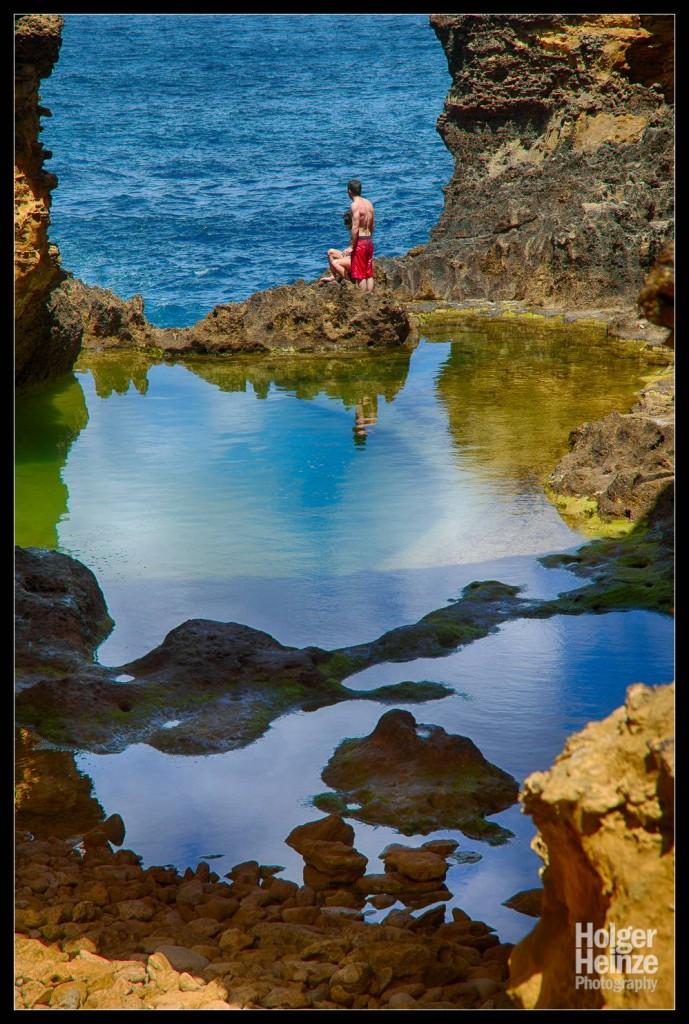 Ein junges Paar schwimmt in der Grotto an der Great Ocean Road. (Es war schweinekalt, wie uns das Mädchen versicherte)
