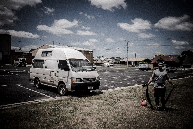 reisende mit wohnmobil